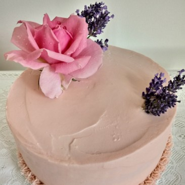 Raspberry flavoured sponge cake with fresh flowers